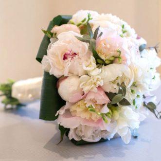 Букет невесты из пионов и фрезий «С первого взгляда»