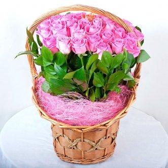 51 розовая роза в корзине