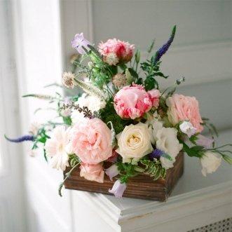 Композиция с розами и эустомой