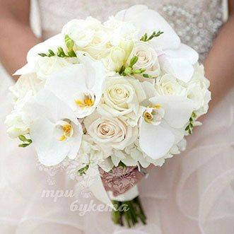 Букет невесты из белых орхидей и роз
