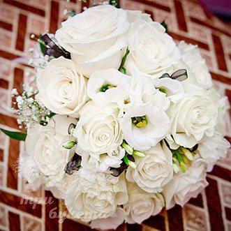 Букет невесты из роз, фрезий и эустом